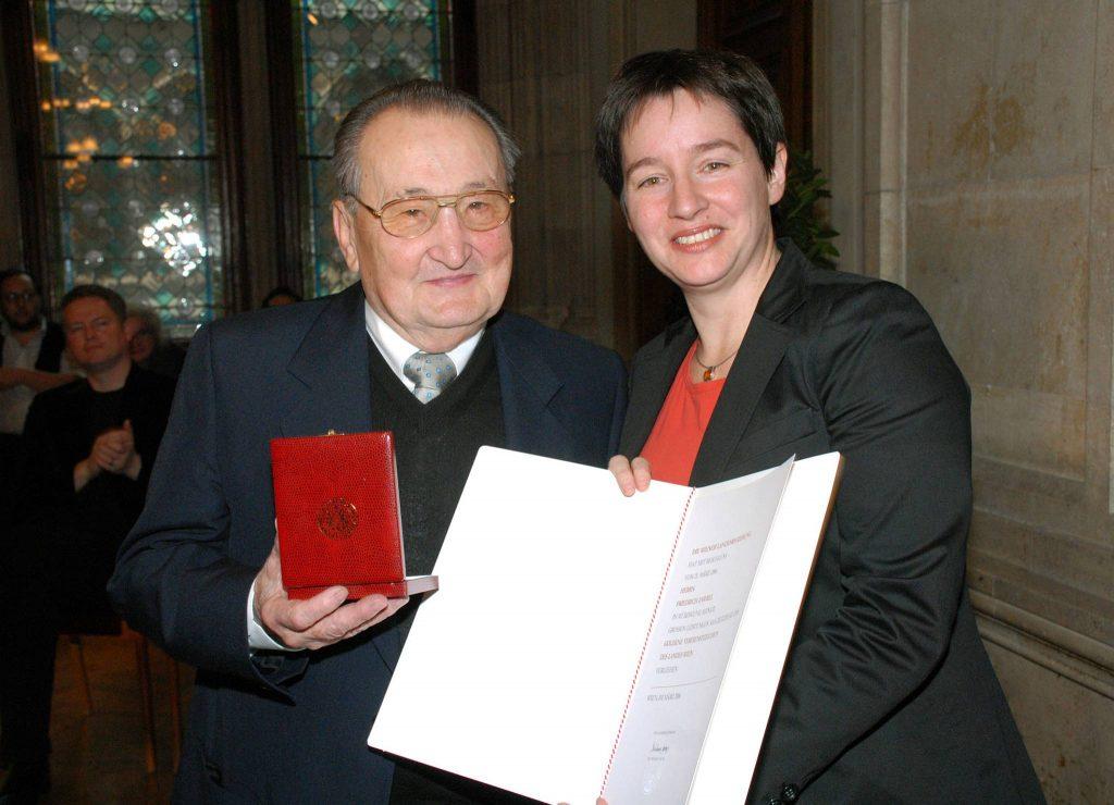 Stadträtin Wehsely ehrt Spiegelgrund-Opfer Friedrich Zawrel mit dem Goldenen Verdienstzeichen