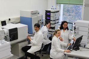 Bioanalytiker Christopher Gerner (links) mit seinem Team