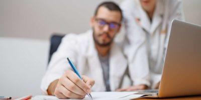 Wissenschaftlerinnen und Wissenschaftler, die im Labor forschen