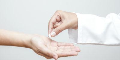 Der Arzt gibt dem Patienten Medizin, horizontal