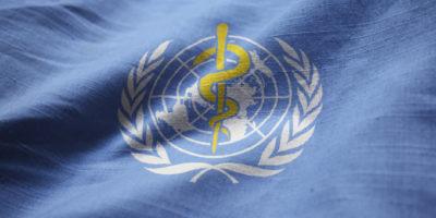 Nahaufnahme der gekräuselten Flagge der Weltgesundheitsorganisation, der Flagge der Weltgesundheitsorganisation, die im Wind weht