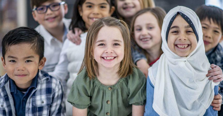 Grundschüler gruppiert lächelnd