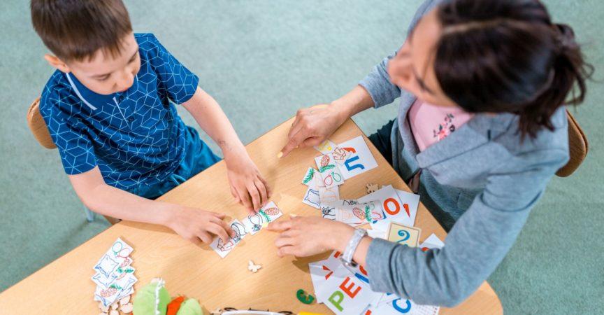 Lehrerin und Schülerin im Einzelunterricht. Grundschulbildung