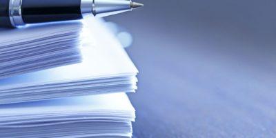 Kugelschreiber ruht auf dem Stapel von Dokumenten
