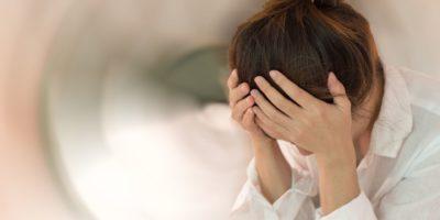 Schwindelkrankheitskonzept. Frau Hände auf seinem Kopf fällen Kopfschmerzen schwindelerregendes Gefühl von Schwindel, ein Problem mit dem Innenohr, dem Gehirn oder dem sensorischen Nervenweg.