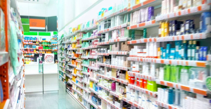 Medikamente in der Apotheke ausgestellt