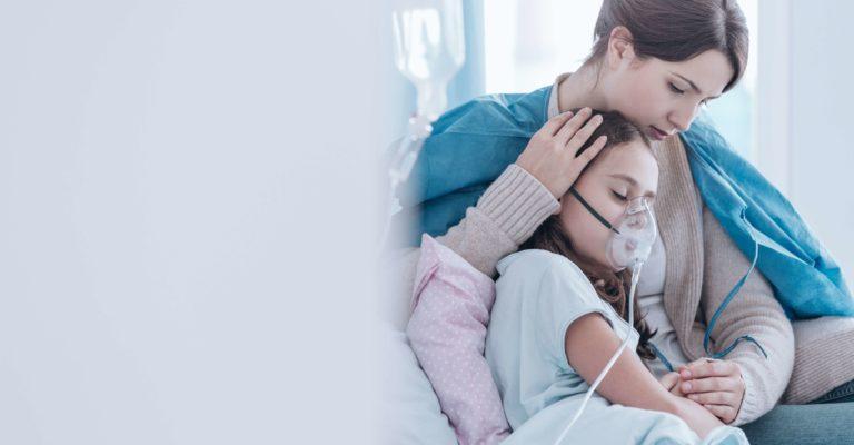 Ältere Schwester und Kind im Krankenhaus atmen mit einer Sauerstoffmaske