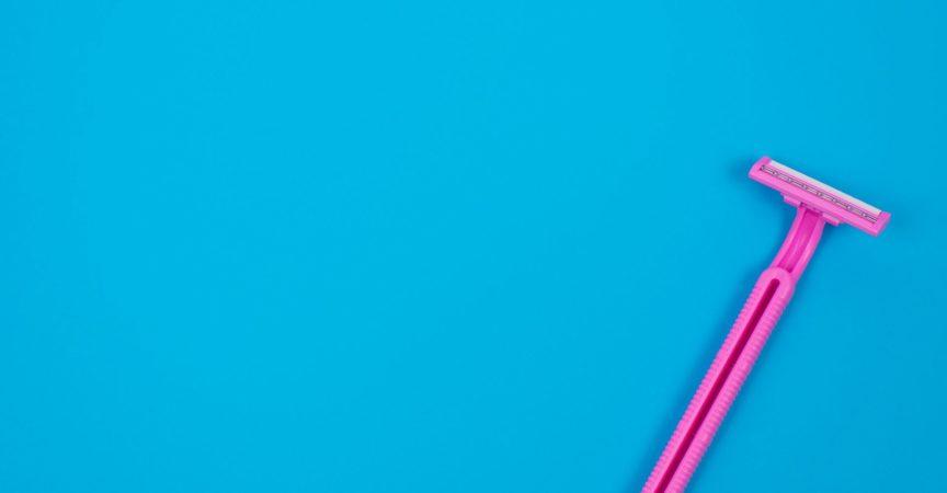 Oben über Kopf High Angle Flat lag Nahaufnahme Foto von hellen kleinen Frau Rasierer isoliert auf hellen Pastell Hintergrund Copyspace für Text Tipps Werbung Anzeige