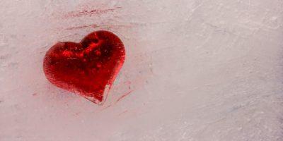 Rotes Leben rotes Herz in weißem Eis gefroren