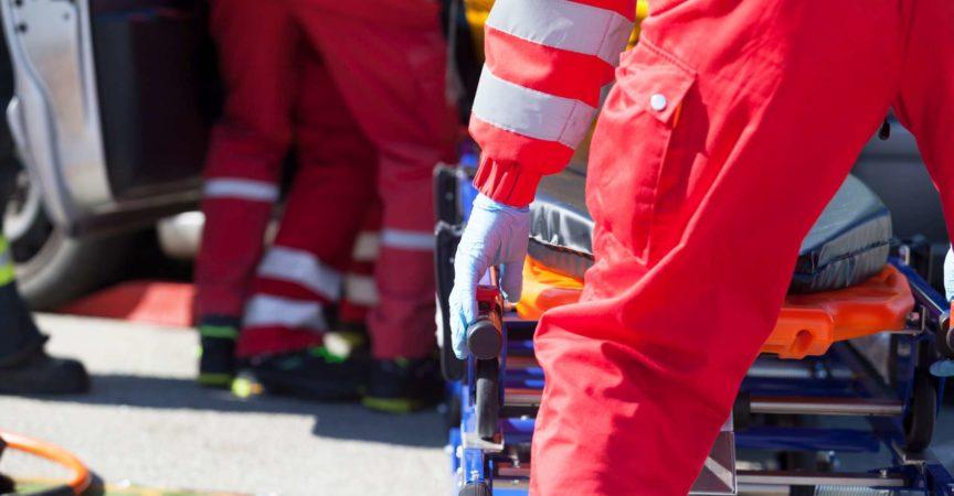 Sanitäter bei einer Rettungsaktion nach einem Autounfall