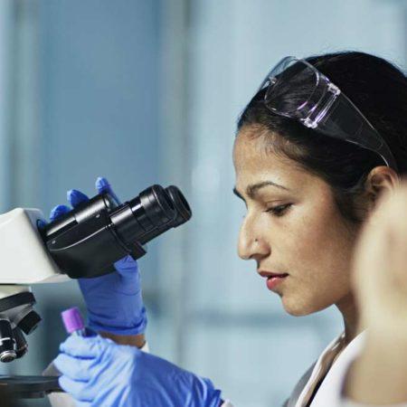 Wissenschaftler arbeiten am Computer im modernen Labor HINWEIS FÜR DEN INSPEKTOR: Alle Graps, DNA-Modelle und Diagramme werden von mir erstellt