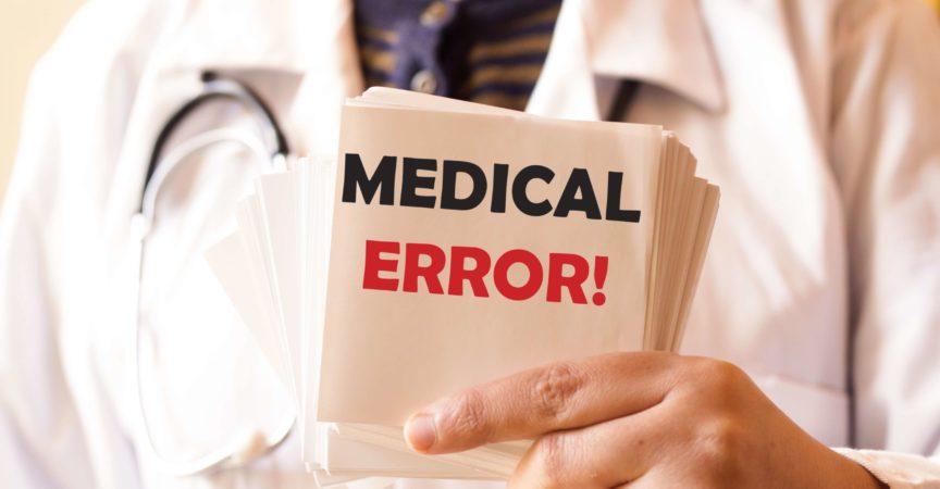 Doktor, der eine Karte mit medizinischem Fehler, medizinisches Konzept hält