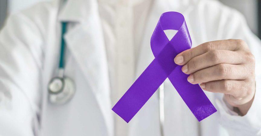 Symbolische Bogenfarbe des violetten violetten Bandes auf der Handunterstützung des Arztes für Hodgkin-Lymphom und Hodenkrebsbewusstsein