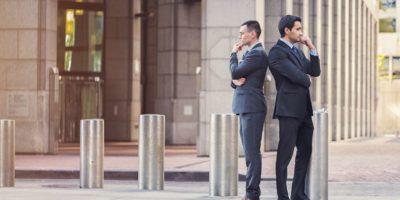 Zwei Geschäftsleute mit widersprüchlichen Vorstellungen