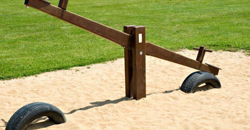 An einem Sommertag auf einem Kinderspielplatz sägen