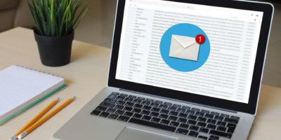 Neue Mail Online-Nachricht E-Mail-Kommunikation Laptop-Computer Schreibtisch