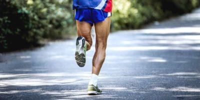Tscheljabinsk, Russland - 9. Juli 2016: Fuß alter männlicher Athlet läuft auf Straße im Wald während des Sommerhalbmarathons