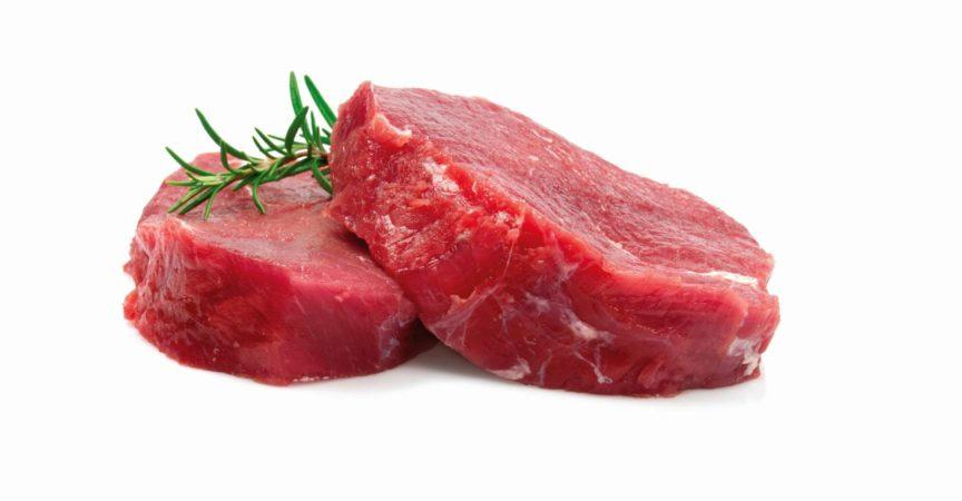 Zwei rohe Steaks isoliert auf Weiß
