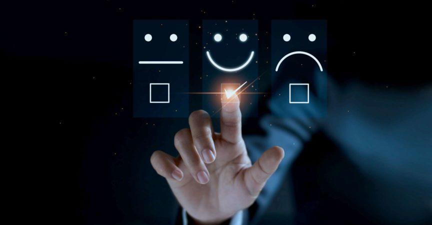 Finger des Geschäftsmannes, der das Emoticonlächeln des Gesichts des Symbols berührt und markiert, auf dunklem Hintergrund, Service-Geist, Service-Bewertung. Zufriedenheits- und Kundenservicekonzept