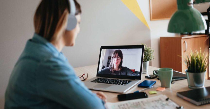 Frau Telefonkonferenz mit Schwester auf Laptop wegen COVID-19-Sperrung