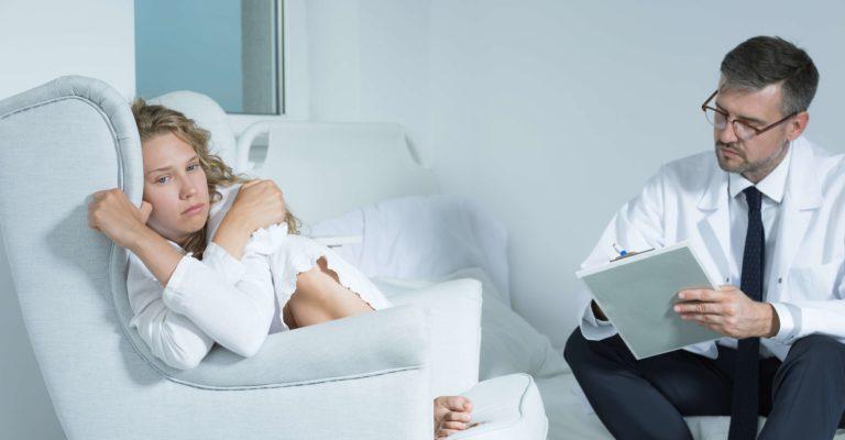 Junge Frau auf einer Sitzung mit einem Psychiater