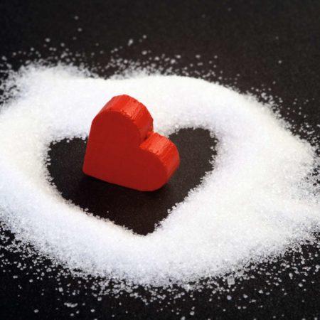 Herz aus Zuckerkörnern lesen