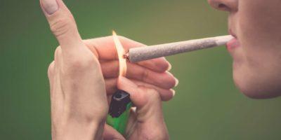 Nahaufnahme der Frau, die Marihuana Cannabis Joint raucht