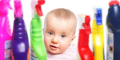 Kleines Kind will mit chemischem Reiniger spielen