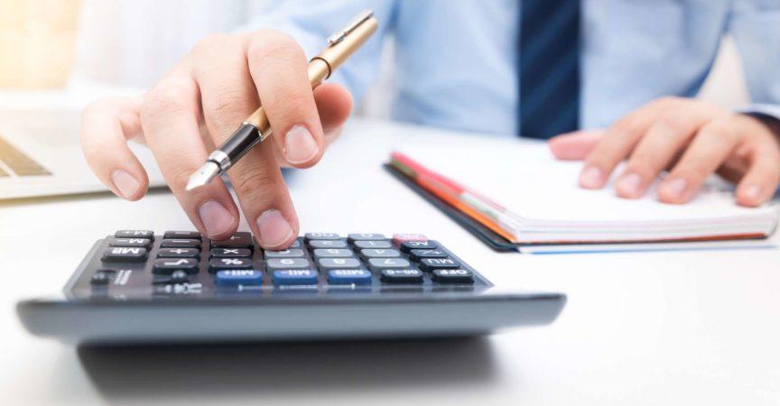 Buchhalter berechnen Steuerinformationen oder Geschäftsdaten. Geschäftsmann, der im Büro arbeitet