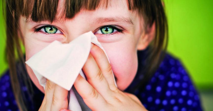 Kleines Mädchen, das ihre Nase putzt