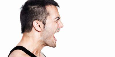Profil eines Mannes, der mit aller Kraft schreit. Auf Weiß isoliert.