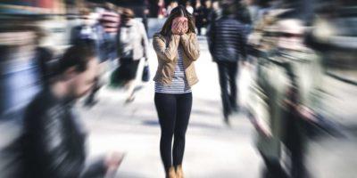 Panikattacke an öffentlichen Orten. Frau mit Panikstörung in der Stadt. Konzept für Psychologie, Einsamkeit, Angst oder psychische Gesundheitsprobleme.