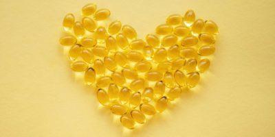 Gelbe Nahrungsergänzungspillen auf gelbem Grund