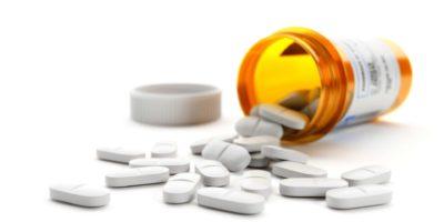 Weiße Pillen auf weißem Hintergrund