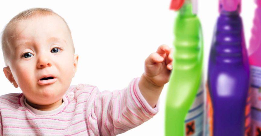 Ein Kleinkind greift nach Putzmitteln