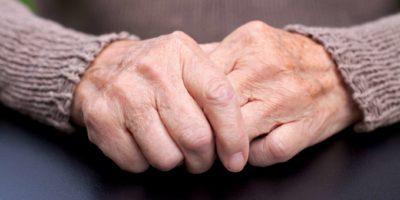 Bild einer faltigen älteren Hand