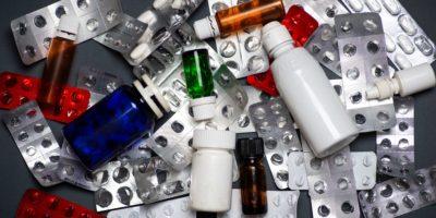 Bündel verbrauchter leerer Drogenbehälter auf einem Stapel