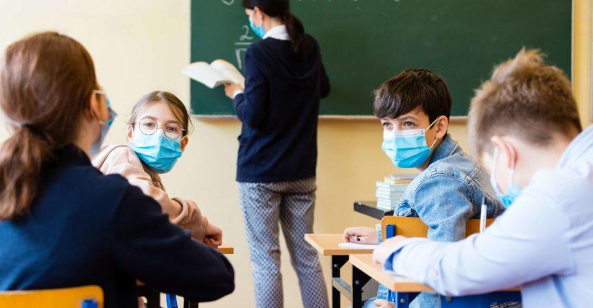 Schüler einer Mathematikstunde während Covid-19