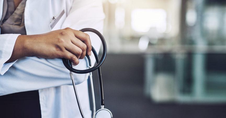 Beschnittener Schuss eines nicht erkennbaren Arztes, der s Stethoskop hält