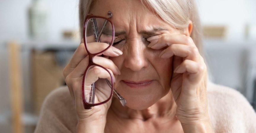 Nahaufnahme der ungesunden alten Frau leiden unter Migräne