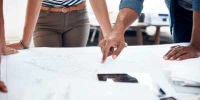 Beschnittene Aufnahme von zwei Architekten, die zusammenarbeiten