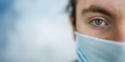 Mann trägt Gesichtsschutzmaske für Sicherheit und Schutz während COVID-19