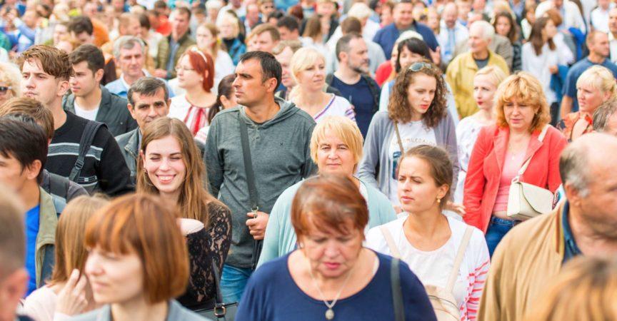 Kiew, UKRAINE - 24. AUGUST 2017: Menschenmenge, die auf Khreshchatyk Straße nach Militärparade in Kiew, Ukraine geht
