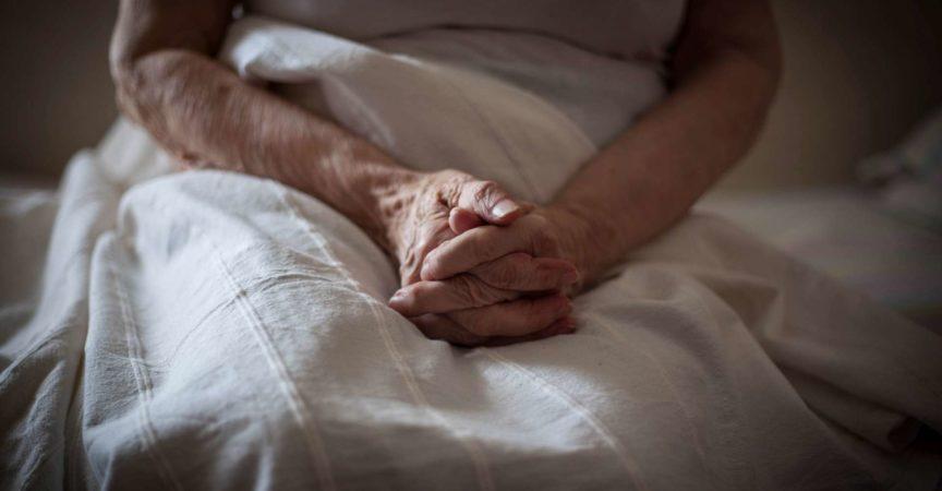 Nahaufnahme von alten Frauenhänden.