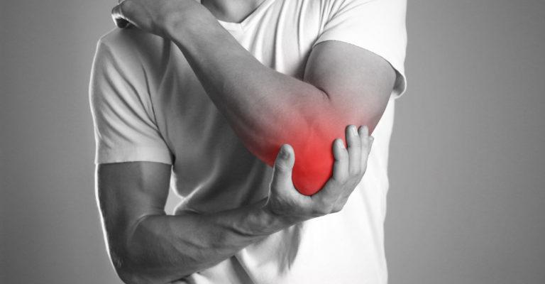 Ein Mann, der Hände hält. Schmerzen im Ellenbogen. Der Herd ist rot hervorgehoben. Nahansicht. Isolierter Hintergrund.
