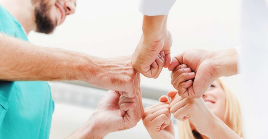 Teamwork im medizinischen Dienst - Arzt, Chirurg und Krankenschwester schließen sich zusammen.