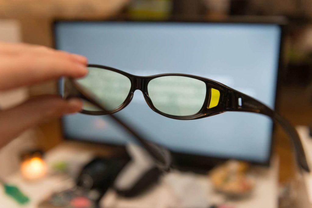 Mit dieser Brille sollten Sie besser und tiefer schlafen. Diese Brille ist für Brillenträger.