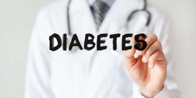 Doktor, der Wort DIABETES mit Marker schreibt, medizinisches Konzept