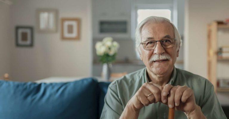 Porträt des glücklichen älteren Mannes