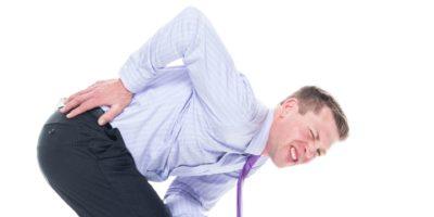 Eine Person / Rückansicht / Taille bis 20-29 Jahre alt Erwachsene gutaussehende Menschen kaukasischer Mann / junge Männer Geschäftsperson / Geschäftsmann / Manager / Körperverletzung mit Krawatte, die Schmerzen / Krankheit mit Rückenschmerzen / schlechter Haltung hat